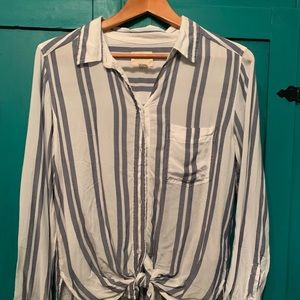 American Eagle hi low long sleeve button up
